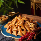 These sweet 'lil treats will make everyone go nuts! Bite-size crispy samosa triangles filled with an aromatic mixture of walnuts and cinnamon, and sweetened  with drizzles of spiced sugar syrup. Good luck stopping at one!